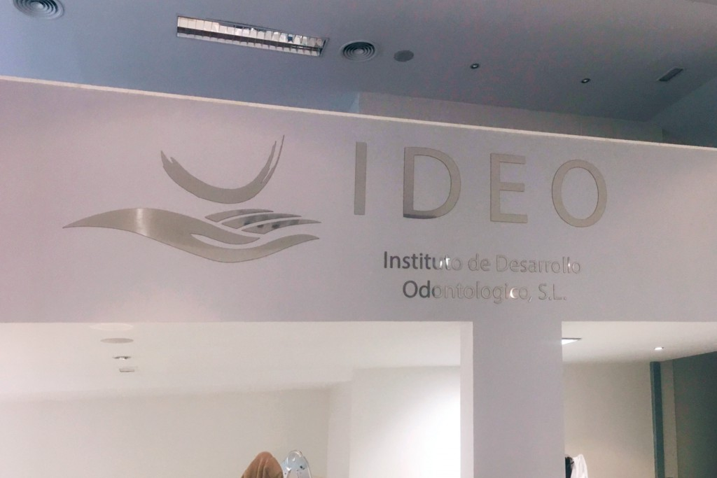 Rótulo de letras recortadas - IDEO