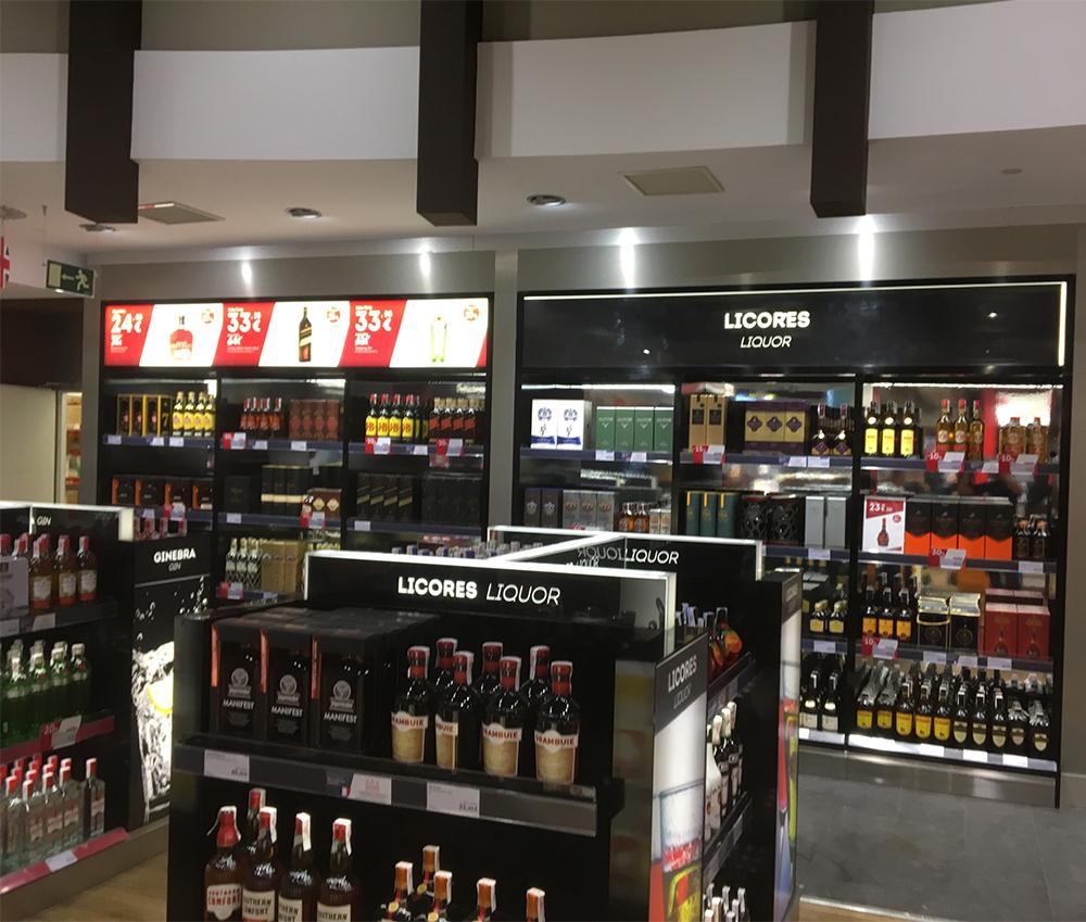 Montaje de expositores para el Aeropuerto de Sevilla