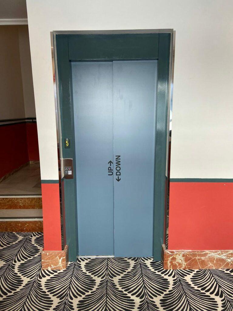 Rotulación de ascensores para el Hotel Petite Palace de Triana
